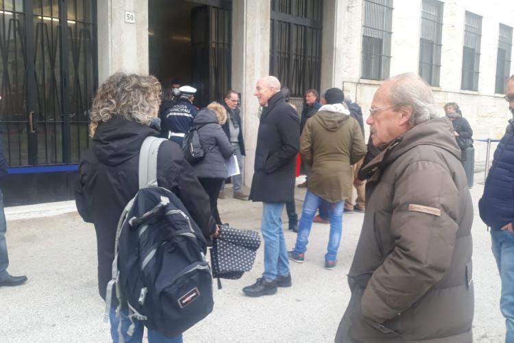 Il Sindaco che parla con i cittadini in attesa di entrare nel Palazzo dell'Anagrafe
