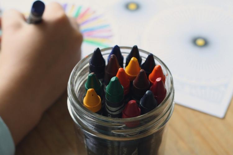 immagine di ujna mano di un bambino che disegna