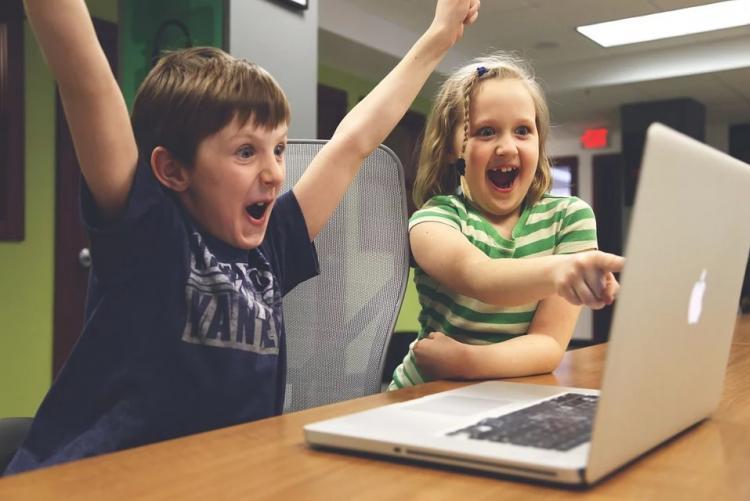 immagine di bambini davanti al computer