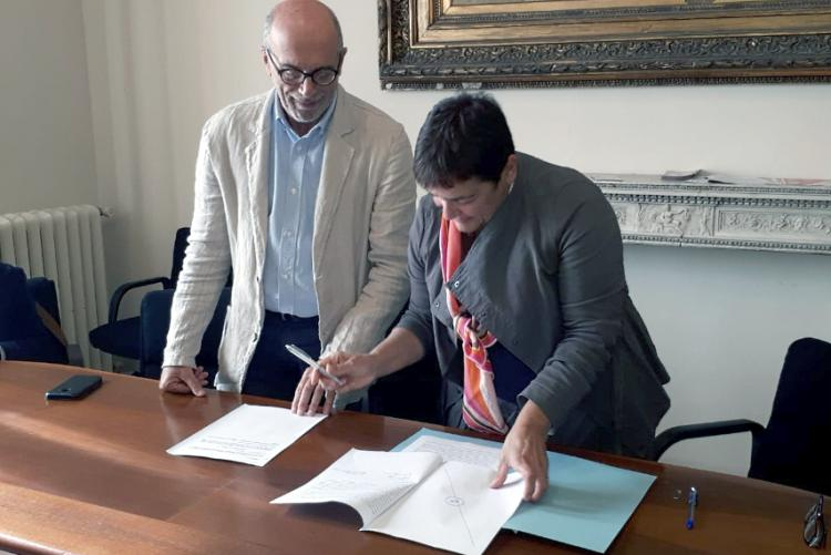 Foto del momento della firma dell'accordo