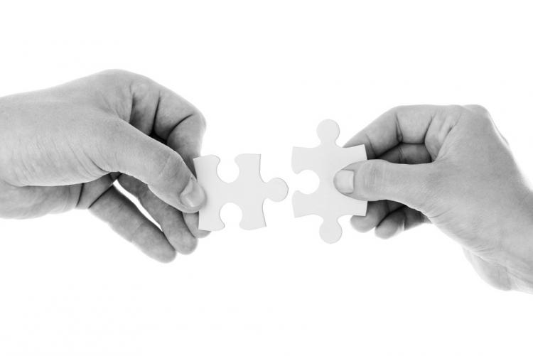 Immagine di due mani che si uniscono