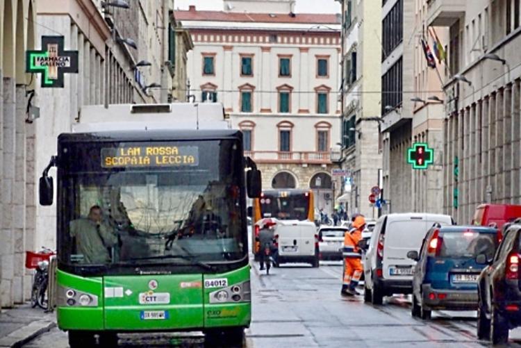 Un bus in via Grande