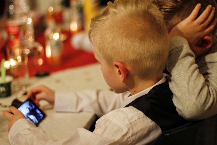 immagine di un bambino che sta usando uno smartphone