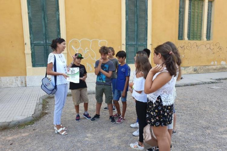 Foto della vicesindaca Mannucci con alcuni studenti di Villa Corridi
