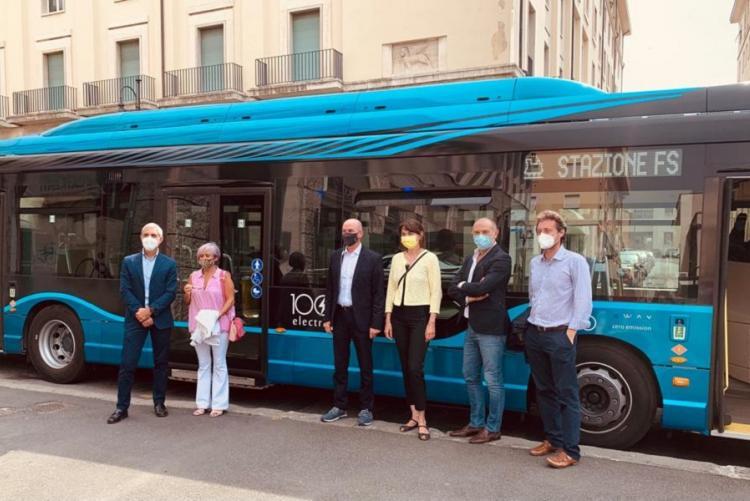 Foto della presentazione del bus elettrico Iveco