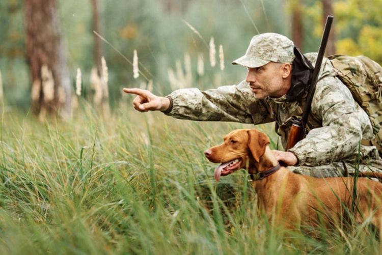 Foto di un cacciatore col cane