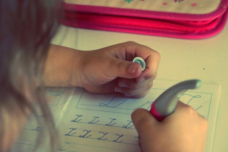 immagine di una bambina che fa i compiti