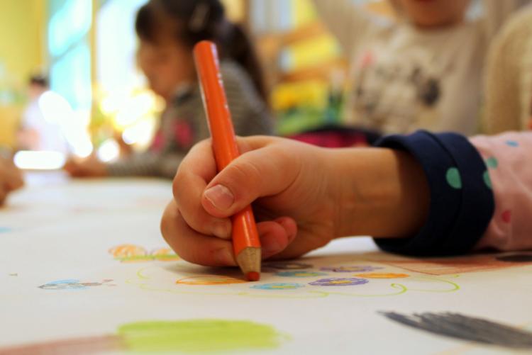 immagine di un bambino che disegna