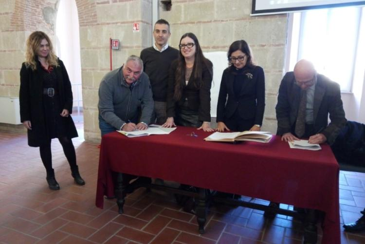 Immagine del momento della firma del patto di collaborazione