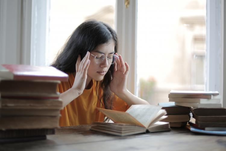 Una studentessa legge libri - Foto di Andrea Piacquadio da Pexels