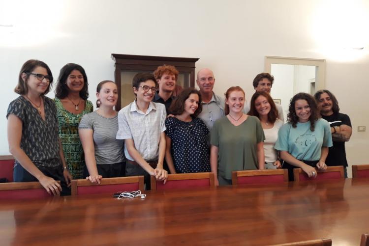 Immagine dei giovani di Fridays For Future con Sindaco e Assessore