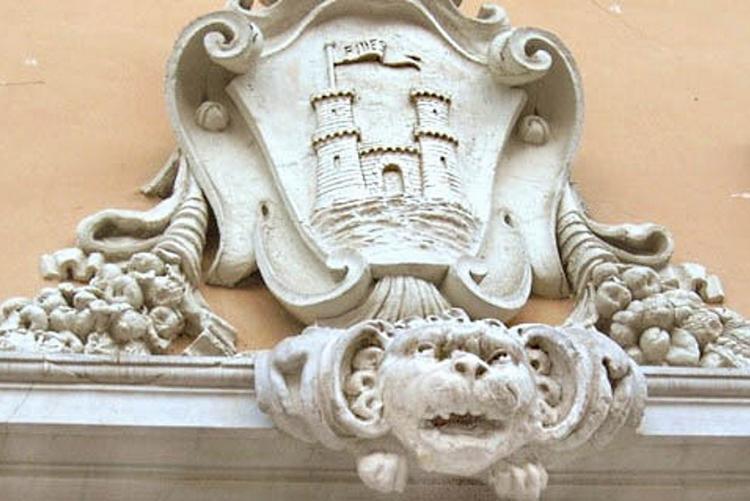Immagine del frontone del palazzo comunale