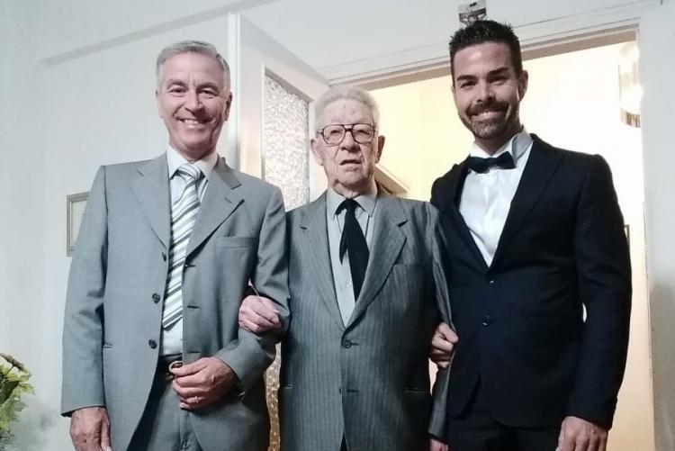 Gioberto Launaro, centenario livornese, fotografato con il figlio e il nipote