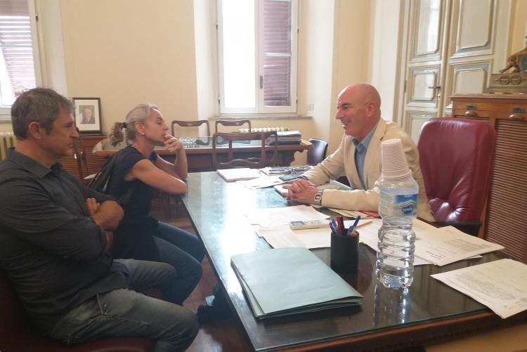 Immagine del sindaco Salvetti con i genitori di Jacopo Pieri