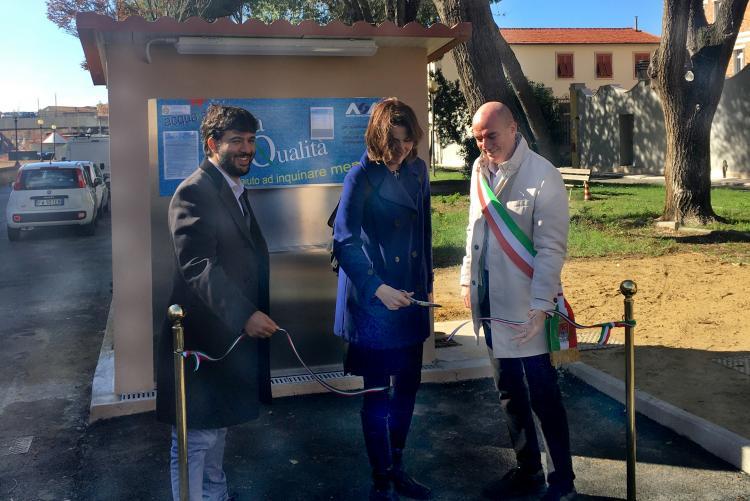 Foto dell'inaugurazione della nuova fontanella di acqua di alta qualità in piazza Antita Gardibaldi (Luogo Pio)