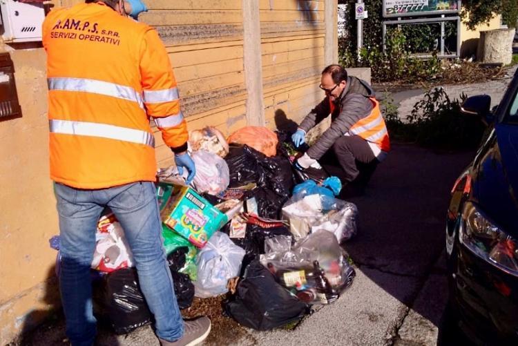 Un'immagine degli ispettori ambientali al lavoro