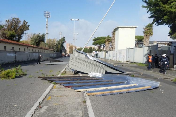 Foto delle lamiere cadute a causa del vento