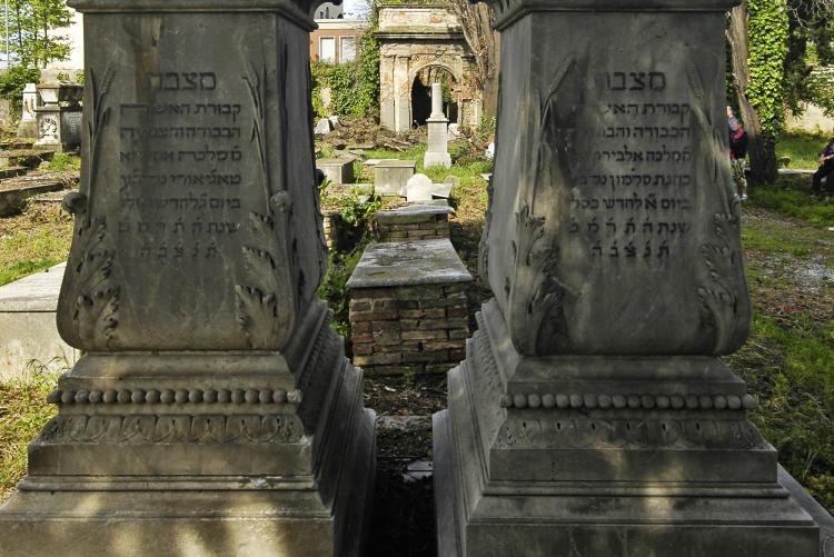 foto di lapidi all'interno del Cimitero Monumentale Ebraico