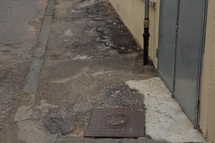 Immagine di un marciapiede da rifare