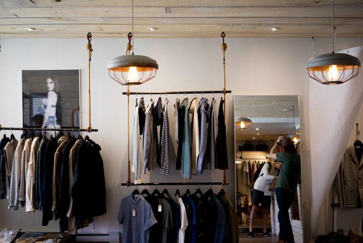 Foto dell'interno di un negozio di abbigliamento