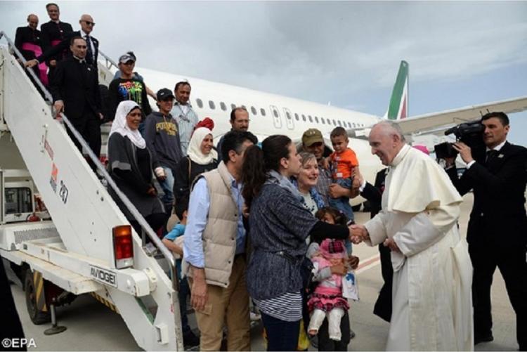 Foto di papa Francesco con i profughi dall'isola di Lesbo (26 aprile 2016)