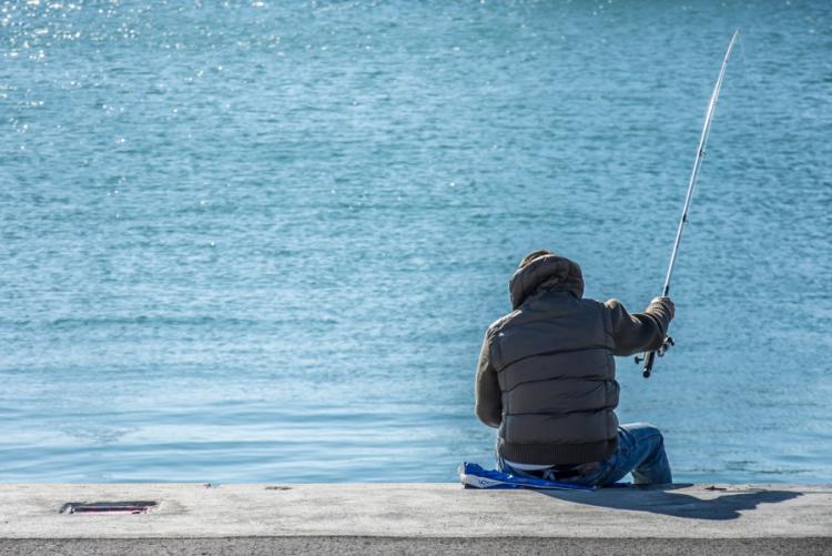 immagine di una persona che pesca