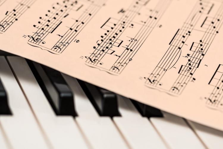 immagine di tasti di un pianoforte e uno spartito Foto di Steve Buissinne da Pixabay