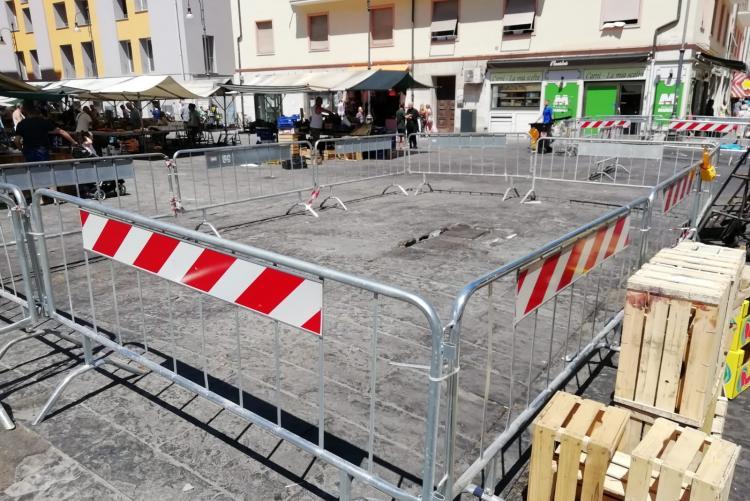 Foto del tratto di piazza Cavallotti interessato dal rigonfiamento