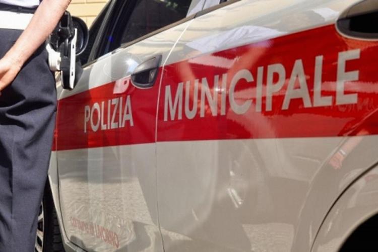 immagine di un'auto della polizia municipale