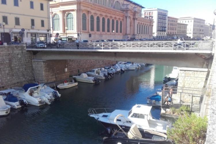 Foto del ponte tra il Mercato Centrale e le scuole Benci