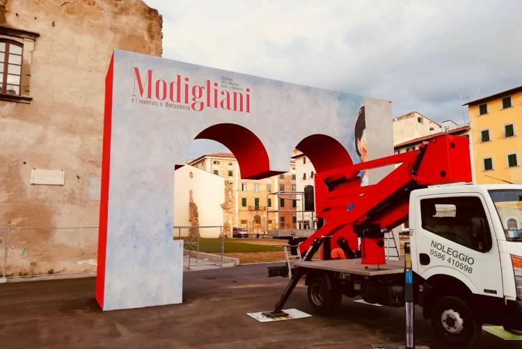 Foto dell'allestimento del portale della mostra di Modigliani in Piazza del Luogo Pio
