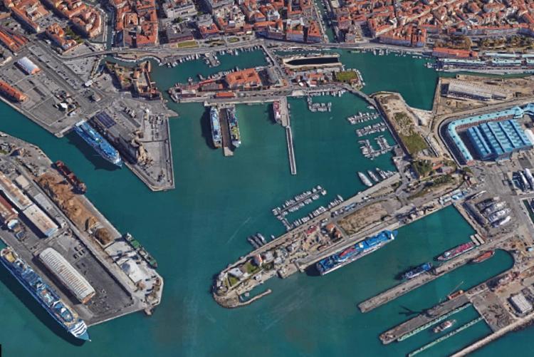 foto dall'alto del porto di Livorno