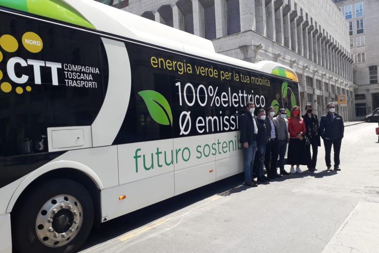 Foto della presentazione del bus elettrico in via Cogorano