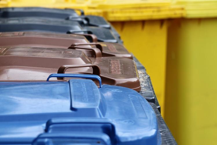 Foto bidoni di rifiuti