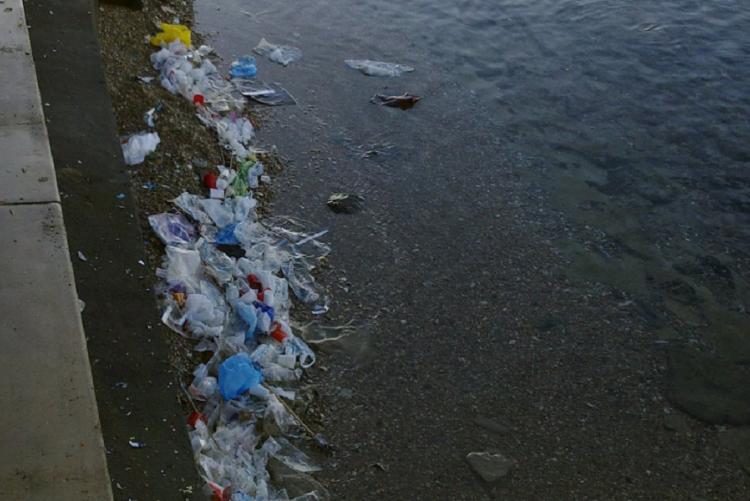 foto di rifiuti abbandonati sulle spiegge