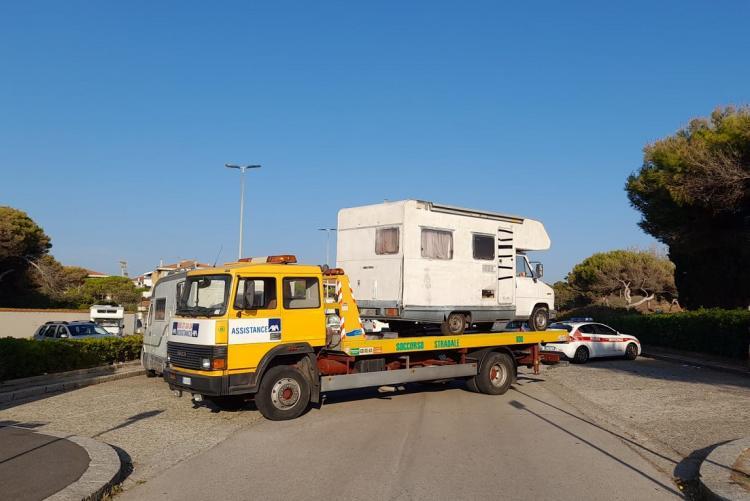 Foto della rimozione del camper privo di assicurazione