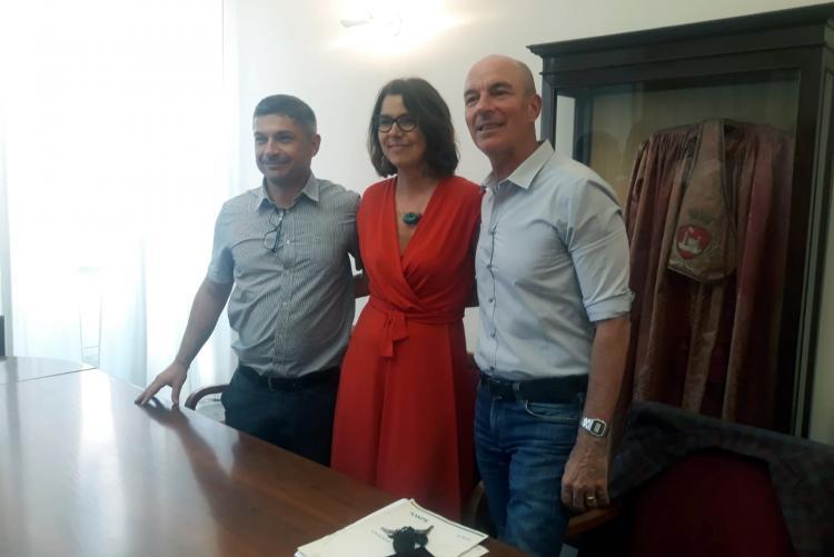 Foto del sindaco Luca Salvetti insieme all'assessora Cepparello e a Raphael Rossi