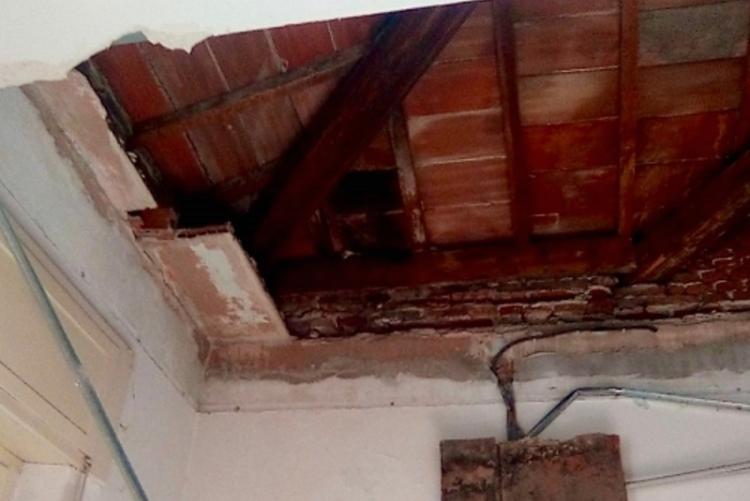 Foto del distacco di una porzione del soffitto di un aula della scuola dell'infanzia Ciro Menotti, in piazza Fratelli Bandiera