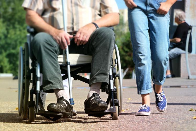 immagine di una persona sulla sedia a rotelle