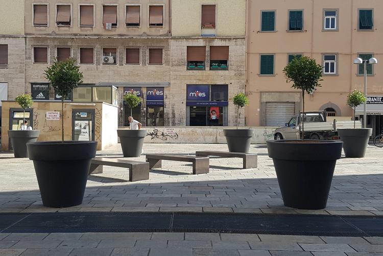 Foto di vasi e sedute installate sul lato sud di Piazza Guerrazzi