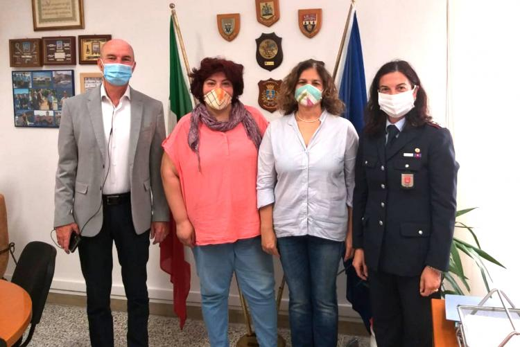Foto del sindaco Salvetti e della comandante Maritan con Debora Adimari e Cristiana Palumbo