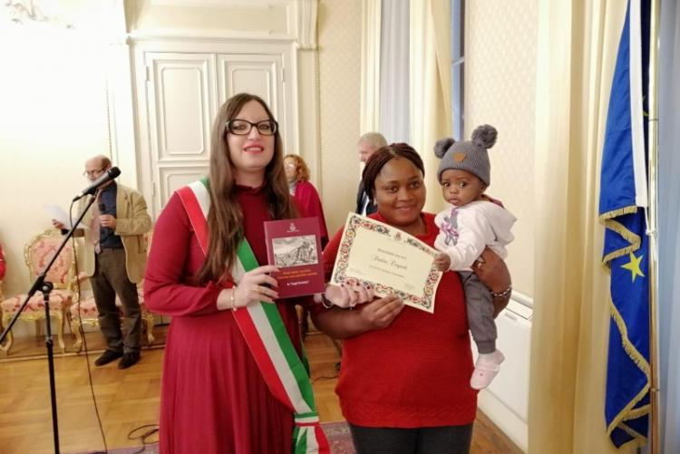 Un'immagine della cerimonia di consegna delle pergamene ai bambini nati nel 2018 da genitori non italiani