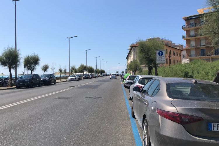 Foto dei nuovi stalli blu in viale Italia