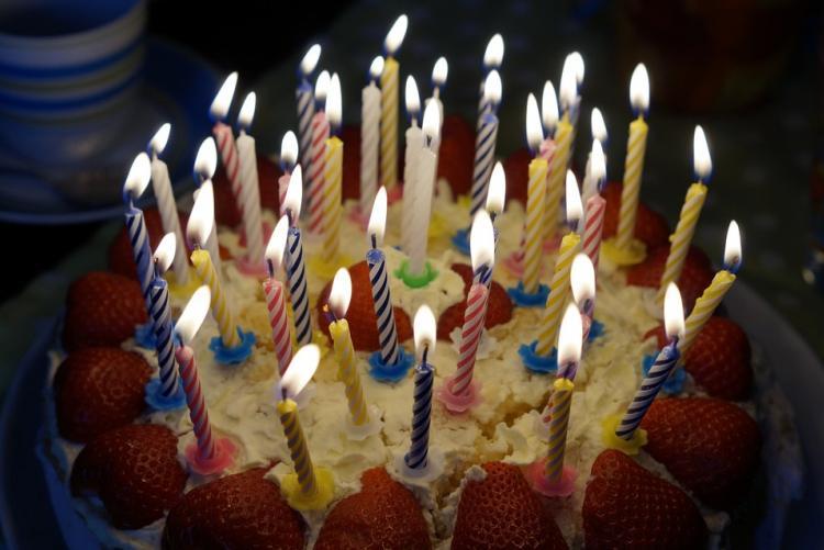 Foto di una torta di compleanno con tante candeline