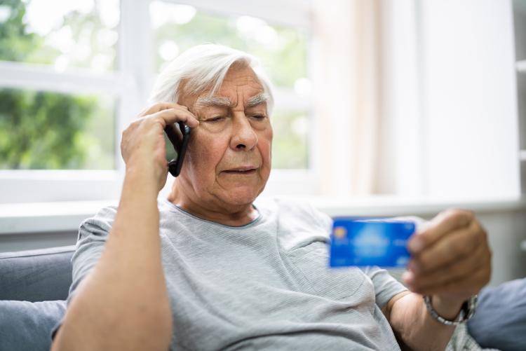 immagine di un anziano contattato telefonicamente