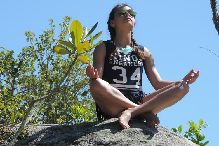 Immagine di una bambina che pratica yoga