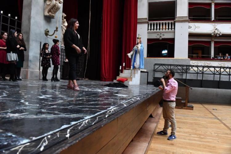 Foto di Un momento delle prove al Goldoni. Il regista Gianmaria Aliverta con il soprano livornese Valentina Boi