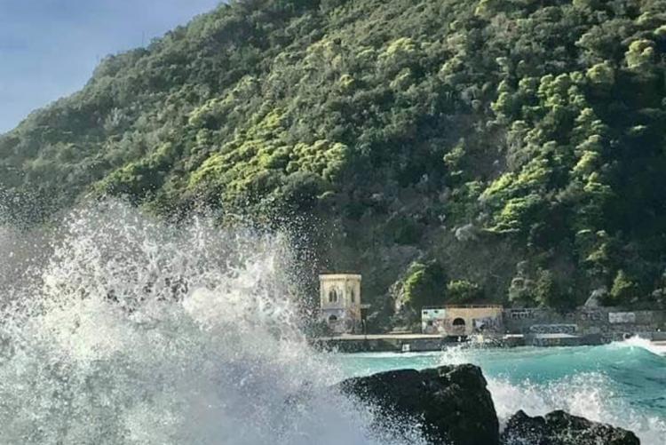 Veduta della baia del Rogiolo e nello sfondo Castel Sonnino
