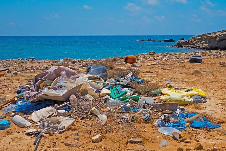 Rifiuti di plastica abbandonati