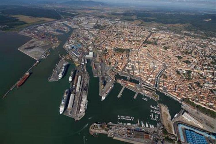 Veduta del porto di Livorno e della città